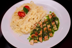 Menu Di Massa - Prato Frango ao pesto com massa Fetuccine e molho de queijo