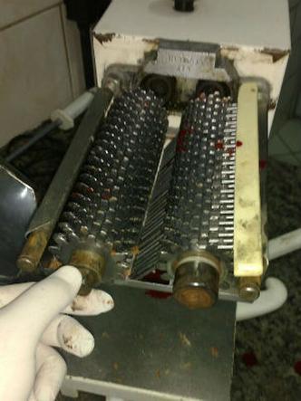 Funcionária de açougue fica com mão presa em máquina de moer carne em Barbacena