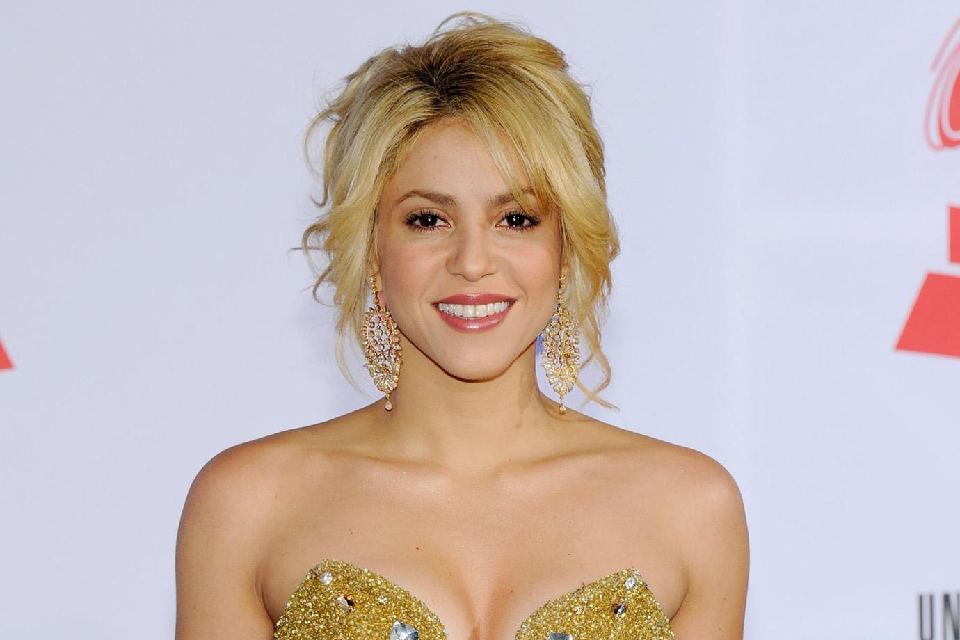 Shakira é criticada por vender colar com símbolo que lembra nazismo