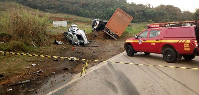 Acidente grave deixa cinco mortos, feridos e fecha os dois sentidos da BR-040 em Conselheiro Lafaiete