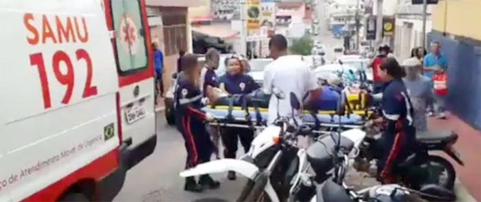 Carro perde controle e colide em moto na rua Água Santa