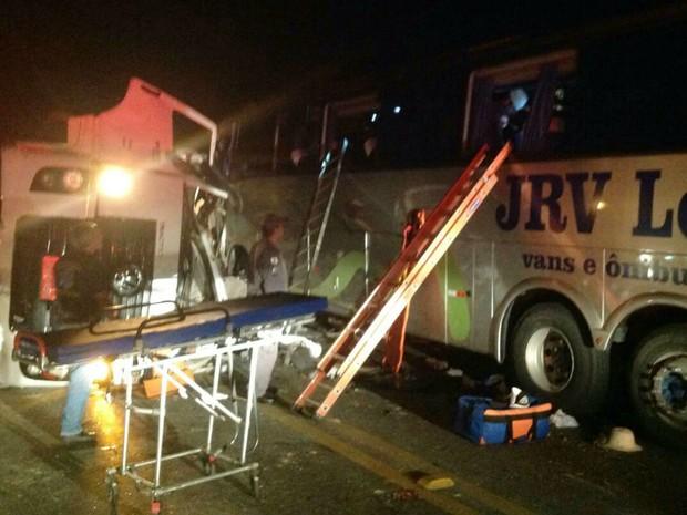 ESTRADAS – Motorista de ônibus morre e 16 ficam feridos em batida com carreta na BR-040