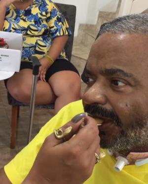 Arlindo Cruz volta a mexer a boca após ficar um ano internado por causa de AVC