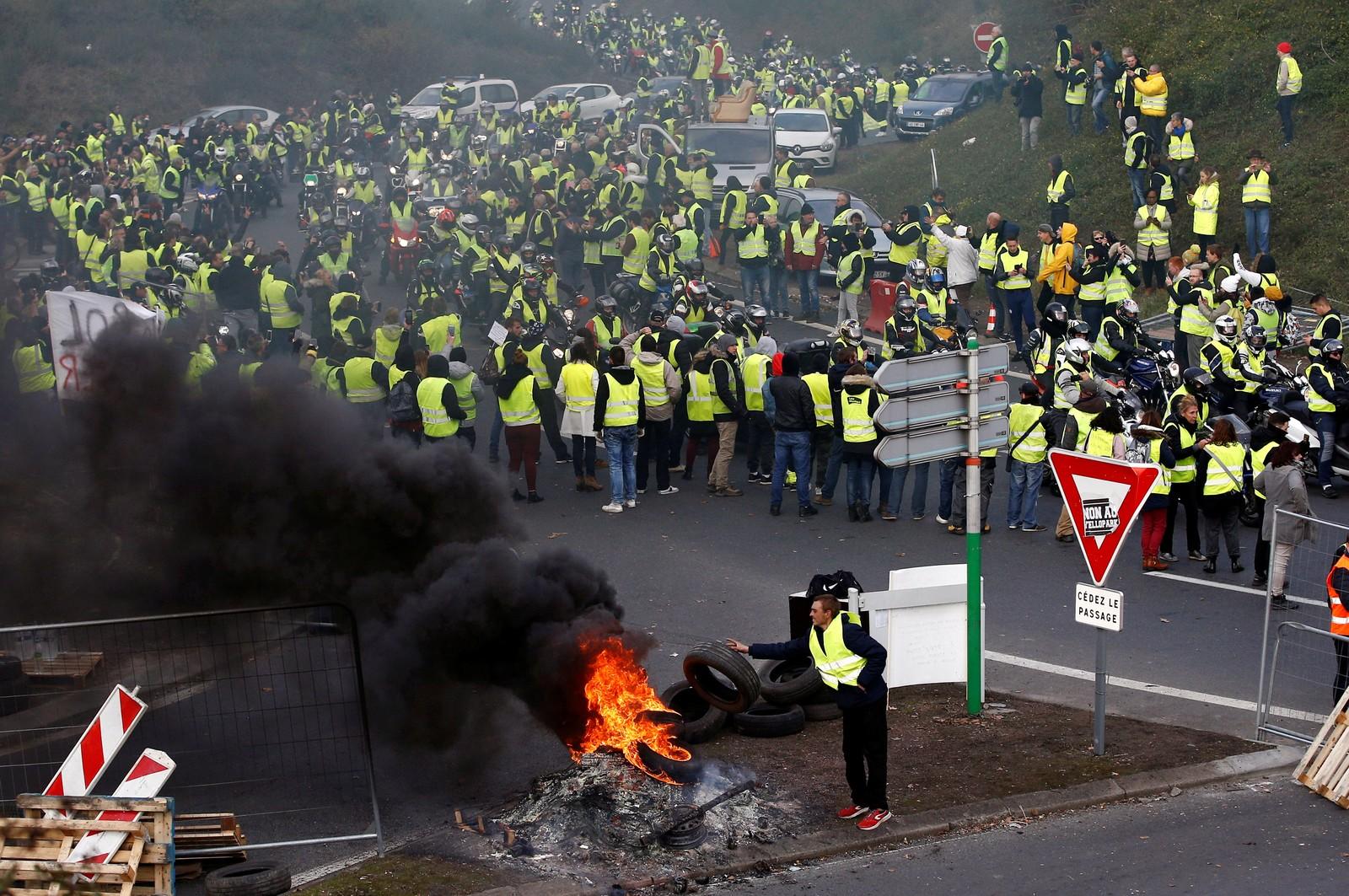 CENTENAS DE FERIDOS – França tem 2º dia de protestos contra imposto nos combustíveis