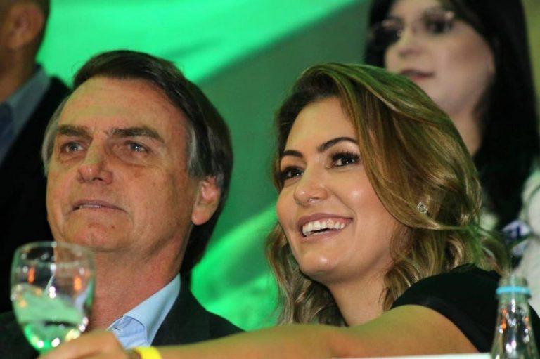 Após chocar vendedoras comprando lingeries, mulher de Bolsonaro aluga vestido