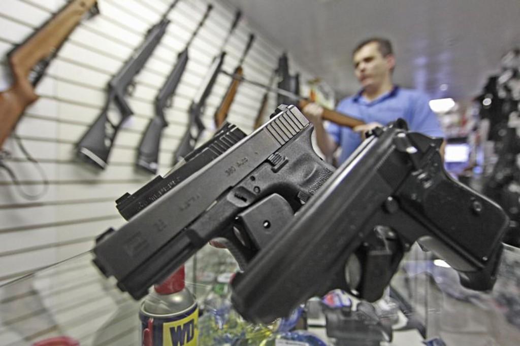 Resultado de imagem para Em Minas, obter posse de arma custa menos de R$ 500
