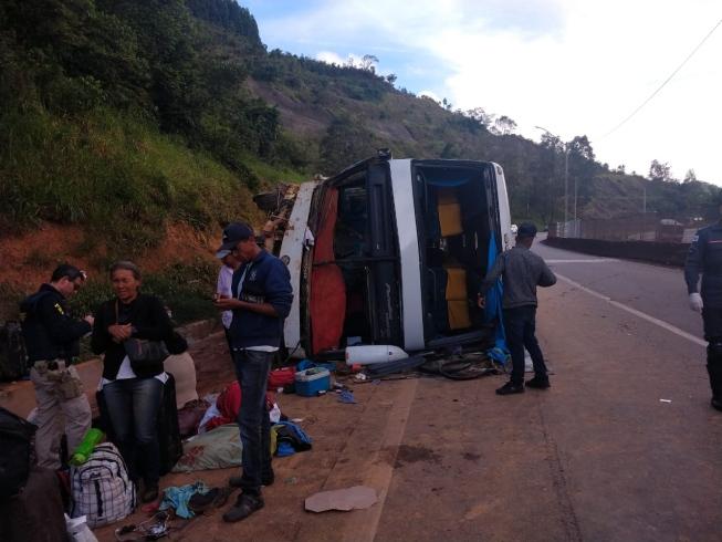 Acidente com ônibus de turismo na BR-381 deixa 22 feridos; 9 vão parar no hospital