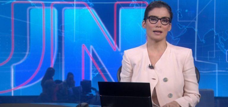 Blusa de Renata Vasconcelos abre ao vivo na Globo e choca: 'pagando peitim?'