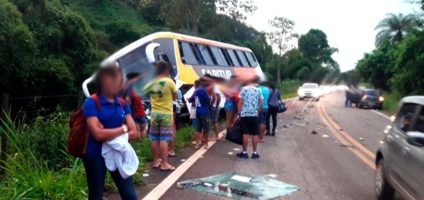 VOLTA DO FERIADÃO – Acidente com ônibus e carro de passeio deixa um morto e cinco feridos na MGC-120 em Ferros
