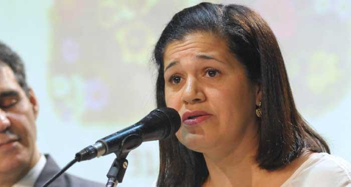 """Escritora itabirana Alzira Souza lança livro """"Interior de Mim"""" nesta quarta"""