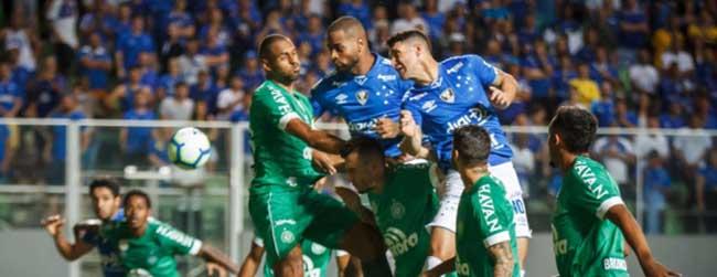Cruzeiro perde para a Chapecoense 'em casa' e vê situação do clube se agravar dentro e fora de campo
