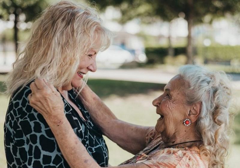 Mãe de 90 anos reencontra filha que deu pra adoção há 70 anos. Assista!