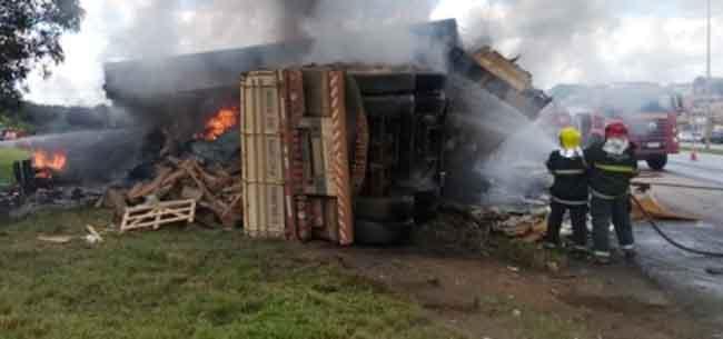 Caminhão desgovernado atinge e destrói posto desativado da PRF na BR-040