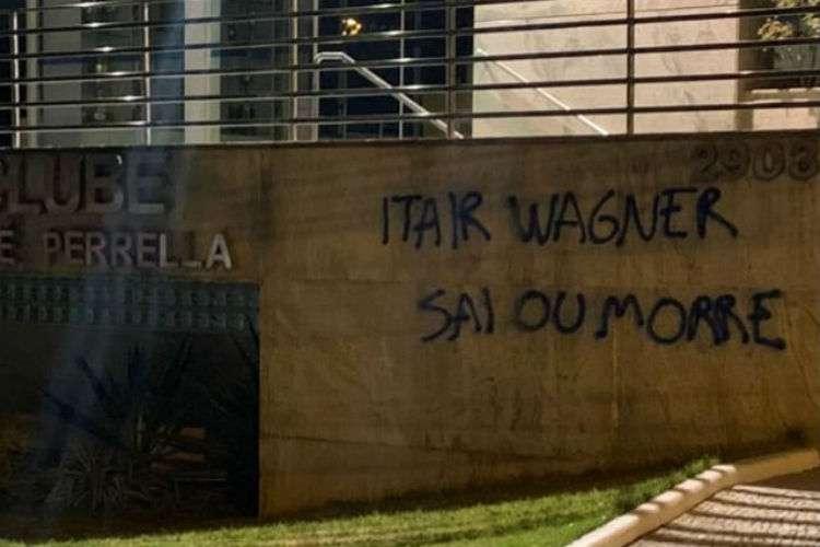 Sede do Cruzeiro é pichada com ameaças a presidente Wagner e vice Itair Machado