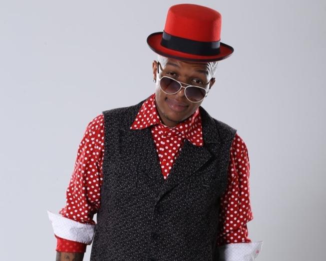 MC Delano é preso acusado de tentar beijar fã à força em casa de shows; cantor nega