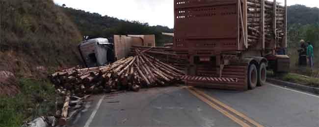 ESTRADAS – Carreta Bi-trem tomba e derrama carga de eucalipto na estrada do Forninho entre Itabira e Monlevade