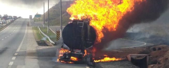 Caminhão tanque pega fogo e interdita BR-381 por mais de 2h no Sul de Minas