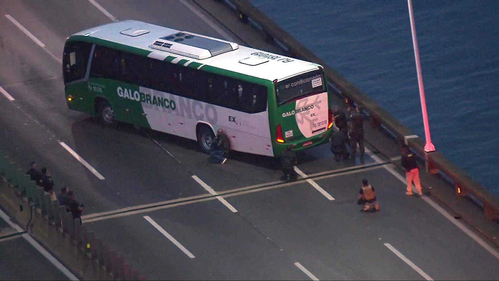 SEQUESTRO – Homem armado mantém reféns dentro de ônibus na Ponte Rio-Niterói